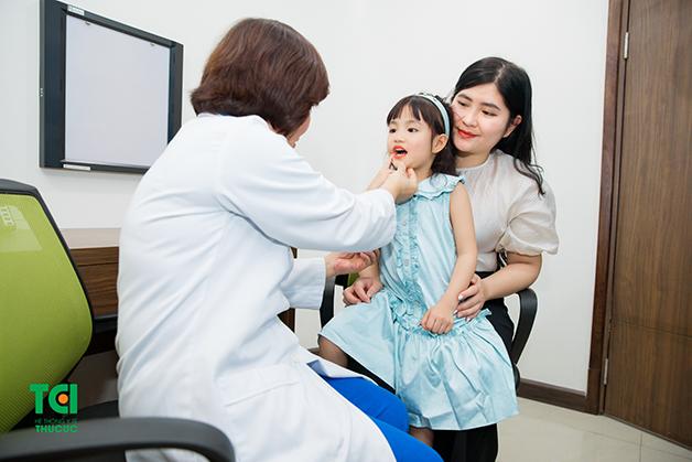 Bố mẹ nên đưa trẻ đi khám để được bác sĩ tư vấn cách chữa viêm amidan cho trẻ