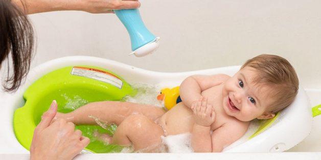 Bố mẹ nên vệ sinh thân thể cho trẻ sạch sẽ để tránh bị ngứa lòng bàn chân