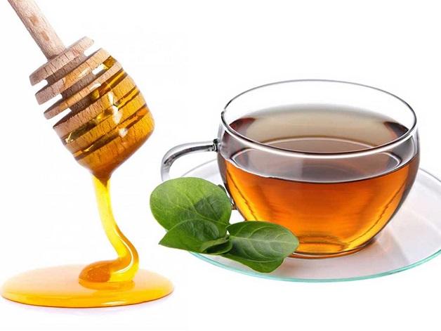 Uống trà xanh ấm kèm mật ong