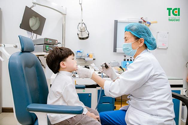 Cách chữa viêm họng ở trẻ là cho con đi khám bác sĩ