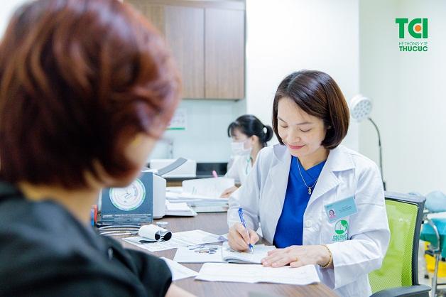 Chị em nên đi khám bác sĩ để biết được khi nào phải phẫu thuật cắt bỏ u xơ tử cung