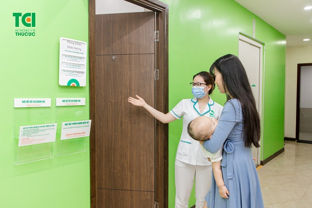 Bố mẹ nên đưa trẻ tới viện khám khi con bị sốt mọc răng