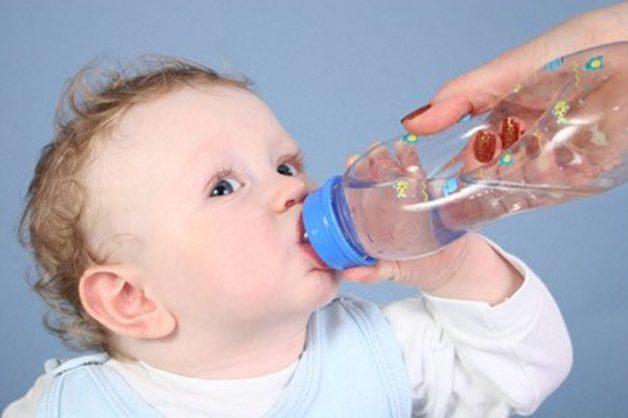 Khi trẻ bị sốt nên làm gì - nên cho trẻ uống nhiều nước