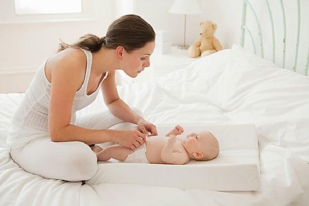 Bố mẹ nên cho trẻ mặc quần áo thoáng mát khi con bị sốt do mọc răng