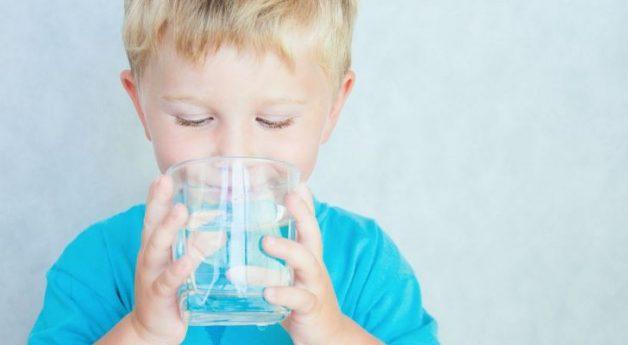 Bố mẹ nên cho trẻ uống nước ấm