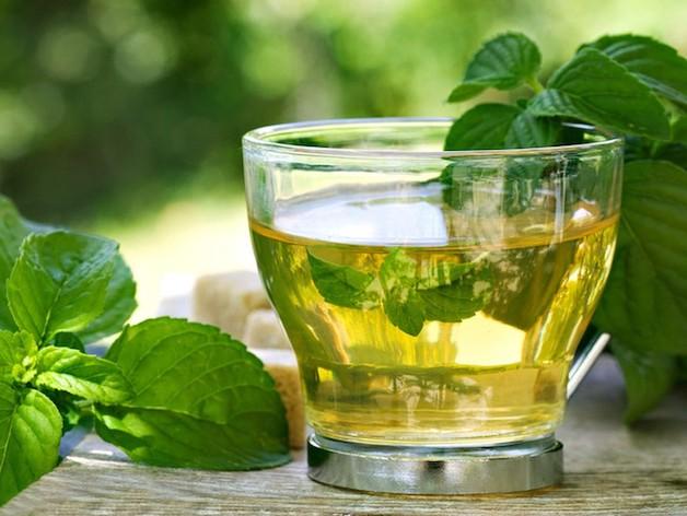 bạc hà vừa đem đến mùi hương thơm mát cho hơi thở, vừa có đặc tính kháng khuẩn và gây tê, giúp chữa đau răng vô cùng hiệu quả.