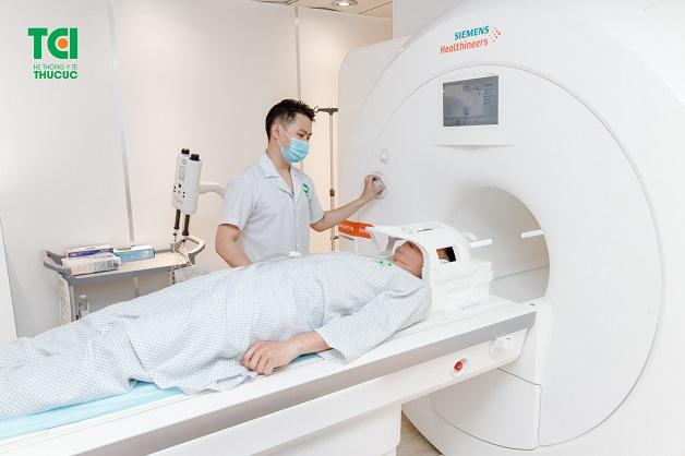 Không chỉ có ý nghĩa trong chẩn đoán, chụp cộng hưởng từ còn giúp theo dõi hiệu quả điều trị, phẫu thuật, hướng dẫn phẫu thuật