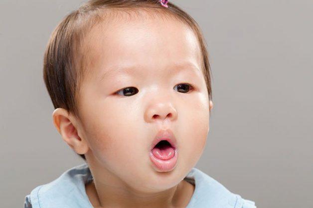 Có nhiều nguyên nhân khiến trẻ bị sốt, ho, sổ mũi