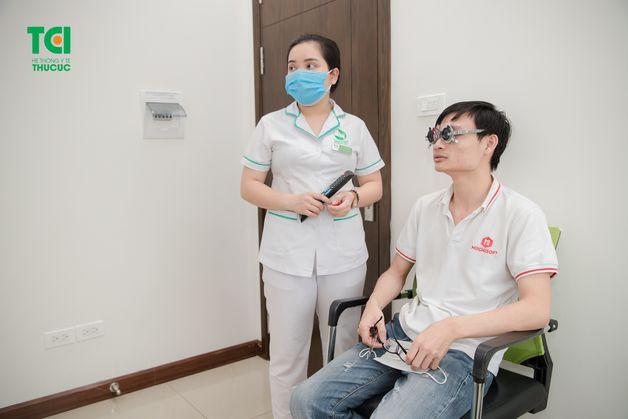 Khám mắt là bước khám quan trọng để bảo vệ thị lực nhân viên