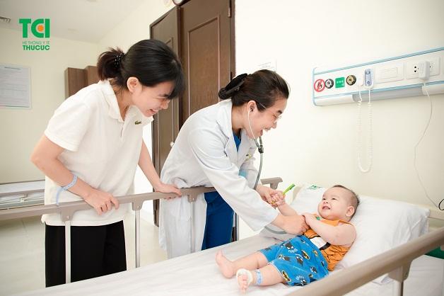 Để biết được cách điều trị viêm phế quản ở trẻ tốt nhất, bố mẹ hãy đưa con đi khám khi bé xuất hiện triệu chứng của bệnh