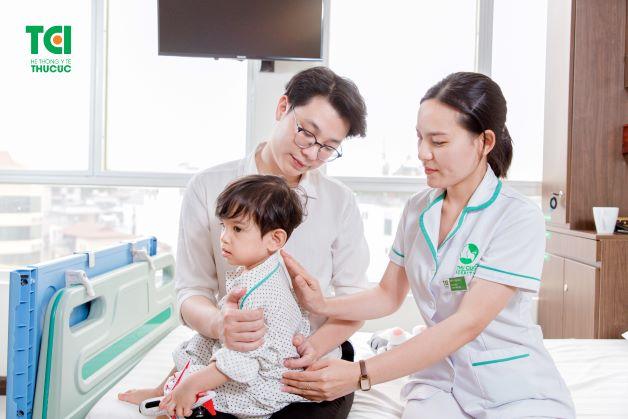 cha mẹ cần lưu ý chăm sóc và theo dõi các triệu chứng ngay từ khi trẻ mới khởi phát bệnh cho đến khi trẻ được điều trị khỏi hoàn toàn.