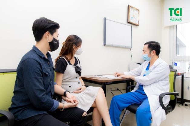 Gặp bác sĩ để kiểm tra tình trang đau dạ dày khi mang thai