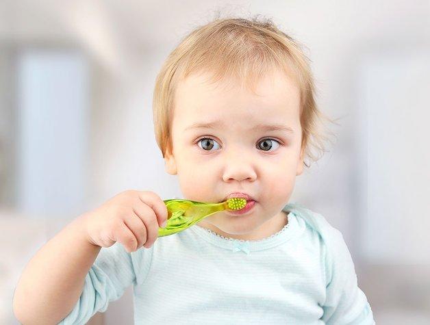Khi bé mọc hết răng sữa, cha mẹ hãy dành thời gian để hướng dẫn con cách vệ sinh răng miệng.