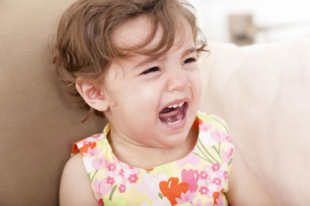Nhổ răng tại nhà có thể khiến bé bị đau, hoang mang, sợ sệt và ám ảnh, gây ảnh hưởng tâm lý...
