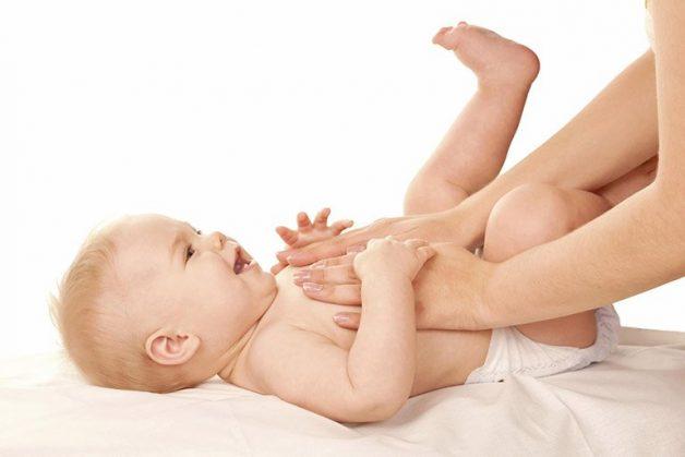 Bố mẹ nên massage bụng để trẻ cảm thấy thoải mái hơn