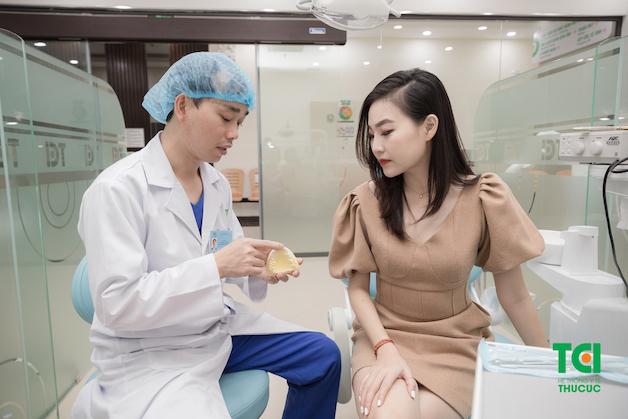 Nha sĩ tại Khoa Răng - Hàm - Mặt của Bệnh viện ĐKQT Thu Cúc đang tư vấn phương pháp nắn chỉnh răng phù hợp cho người bệnh.