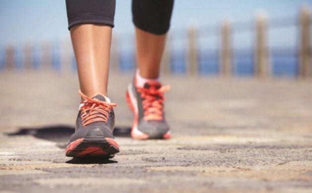 Người bị viêm khớp gối có nên đi bộ không?