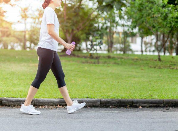 Người mắc viêm khớp gối nên đi bộ như thế nào?