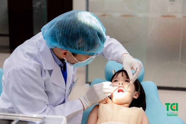 Thông thường, không nên nhổ răng sữa sớm cho trẻ khi răng đang phát triển bình thường và chưa tới độ tuổi thay răng