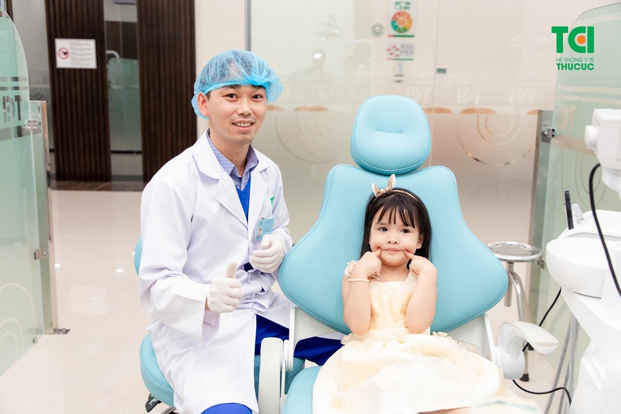 Khi trẻ đến tuổi thay răng, cha mẹ nên đưa trẻ tới nha khoa để nhổ răng sữa