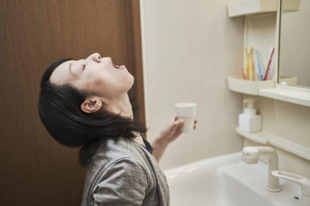Vệ sinh răng miệng hằng ngày bằng cách đánh răng sau khi ngủ dậy và trước khi đi ngủ. Thói quen này sẽ giúp cho bạn loại bỏ được các loại vi khuẩn ở khoang miệng và ngăn chặn để mầm bệnh này không đi xuống cổ họng