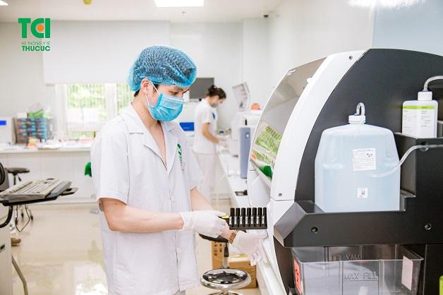Các mẫu máu xét nghiệm được phân tích bởi hệ thống máy móc hiện đại sẽ cho kết quả chính xác