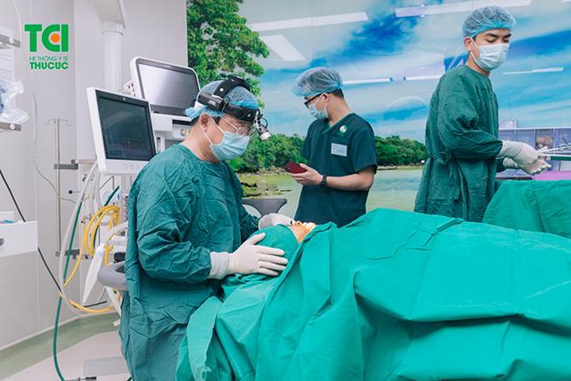 Nếu amidan sưng to và có mủ, bố mẹ nên cho trẻ thực hiện phẫu thuật cắt amidan theo chỉ định của bác sĩ