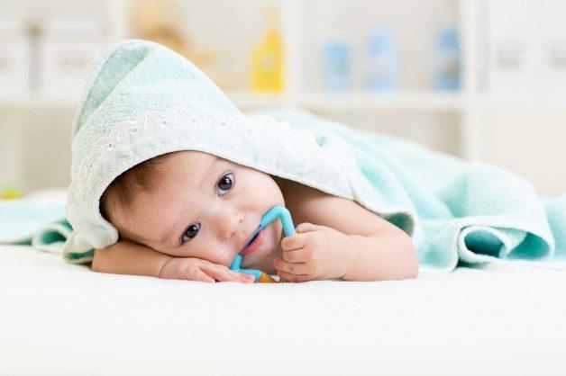 Một cách rất hay để giảm tình trạng đau nướu ở trẻ là bạn bỏ vòng nhai hvào ngăn mát tủ lạnh sau đó cho bé gặm. Tình trạng này sẽ được giảm bớt