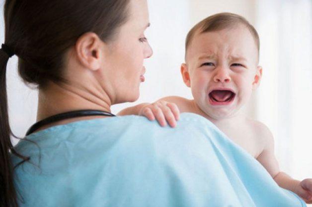 Biểu hiện dễ nhận biết nhất khi trẻ bị sốt phát ban do virus sởi là quấy khóc, không chịu ăn uống bình thường
