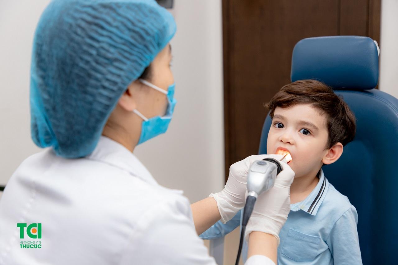 Nội soi họng giúp bác sĩ quan sát vùng họng bị tổn thương