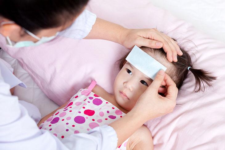 Sốt viêm họng ở trẻ là triệu chứng thường gặp của bệnh viêm họng