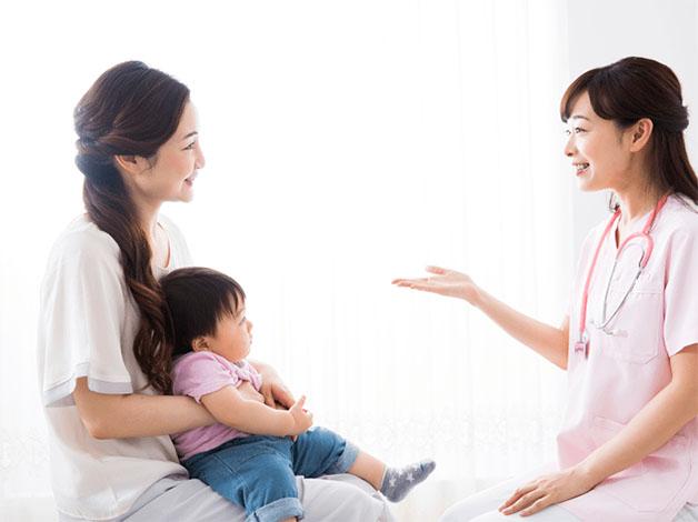 Bạn nên đưa trẻ đi khám bác sĩ nếu tình trạng táo bón của trẻ không chấm dứt.