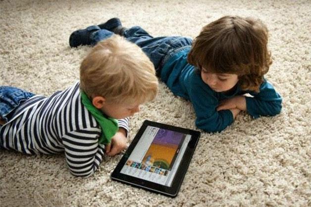 Trẻ em thường tiếp xúc nhiều với các thiết bị điện tử, lười vận động là nguyên nhân dẫn đến táo bón cho trẻ.