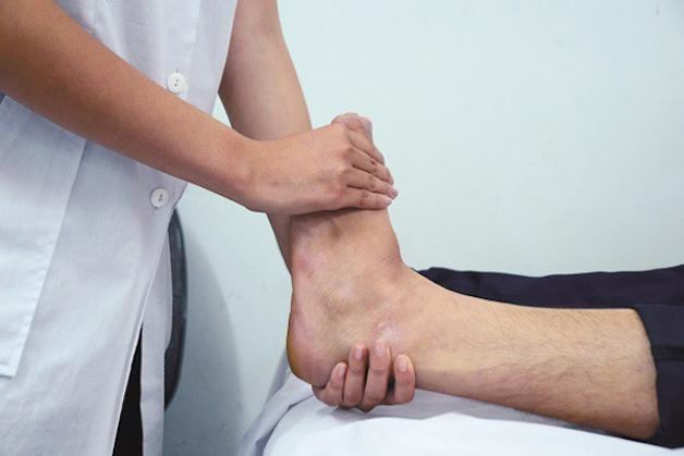 Thoái hóa khớp cổ chân điều trị thế nào