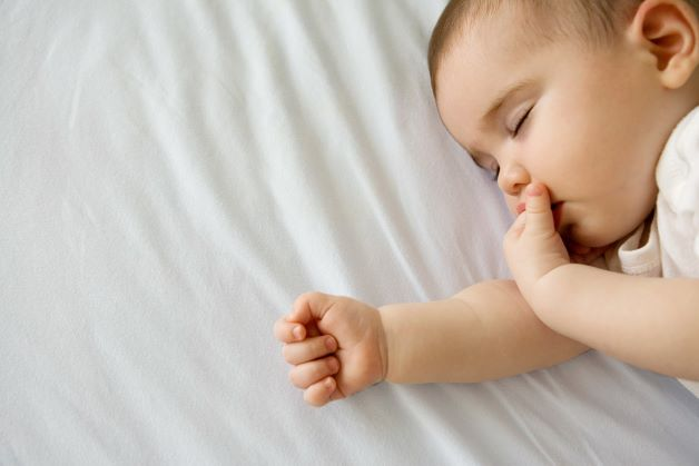 Sau mỗi cơn ho trẻ thường có dấu hiệu mệt mỏi, có thể nôn trớ, thở nhanh. Bên cạnh đó là kèm theo các triệu chứng như sau: Sốt nhẹ, mặt và mí mắt nặng.