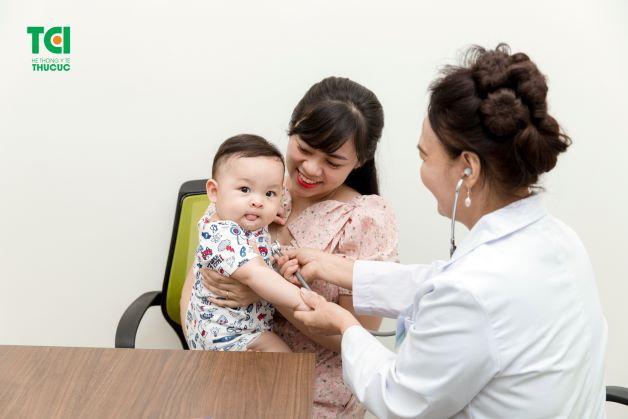 Với những trường hợp trẻ nhỏ mà có triệu chứng nặng, trầm trọng hơn thì lúc này cha mẹ cần đưa trẻ đến ngay bệnh viện để được bác sĩ thăm khám, tư vấn và điều trị kịp thời