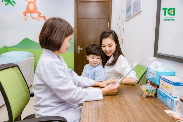 Đưa trẻ đi viện nếu tình trạng sốt cao không hạ và các triệu chứng của bệnh không thuyên giảm.