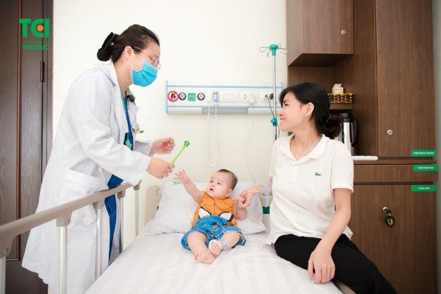 Khi trẻ có biểu hiện của táo bón cha mẹ mẹ nên nhanh chóng đưa trẻ đến bệnh viện để được bác sĩ chuyên khoa tư vấn, giúp điều trị bệnh hiệu quả và đúng cách