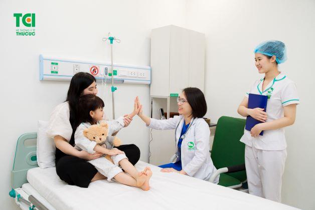Nếu tình trạng bệnh của trẻ nghiêm trọng và không có dấu hiệu thuyên giảm, cha mẹ cần đưa trẻ đi bệnh viện để được thăm khám để điều đị đúng cách, hiệu quả.