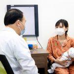 Trẻ bị sốt siêu vi có kiêng gió không?