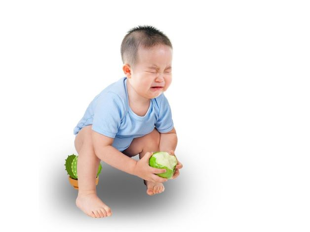Ngoài ra, khi trẻ bị táo bón sẽ có tâm lý sợ đi vệ sinh, căng thẳng khi phải đi đại tiện.