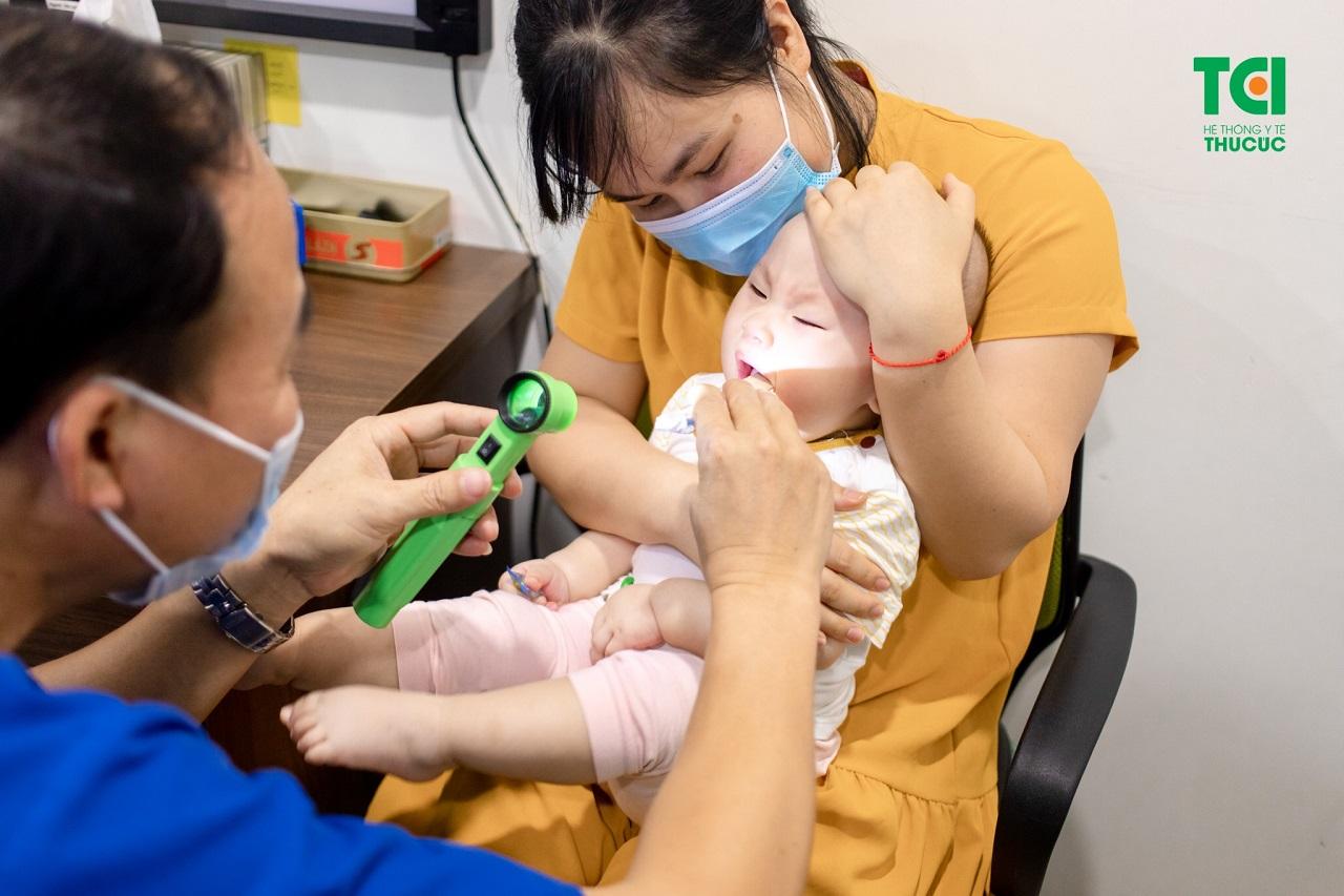 Khi trẻ em bị viêm amidan, cha mẹ hãy chủ động đưa bé đi thăm khám