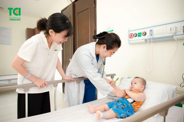 Nếu đã áp dụng các biện pháp trên mà tình trạng của trẻ không thuyên giảm, cha mẹ lúc này cần phải nhanh chóng đưa trẻ đến bệnh viện hoặc các cơ sở y tế uy tín để được bác sĩ chuyên khoa thăm khám