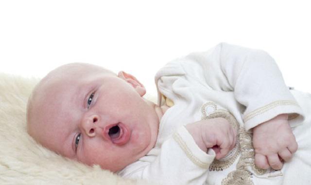 Trẻ ho, nôn trớ, bỏ bú,... là những triệu chứng thường gặp khi trẻ bị viêm phổi