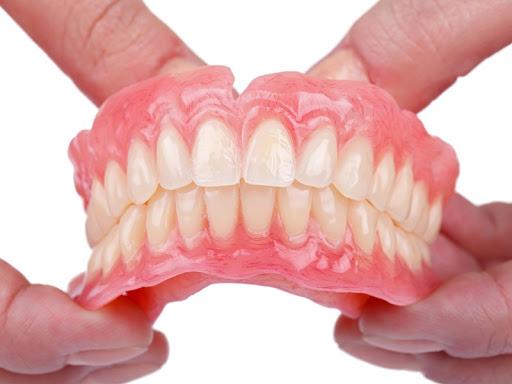 Hàm răng giả tháo lắp được chế tác theo kích thước răng của từng người