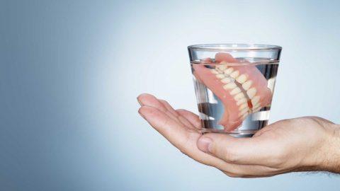 Trồng răng tháo lắp có ưu và nhược điểm như thế nào?