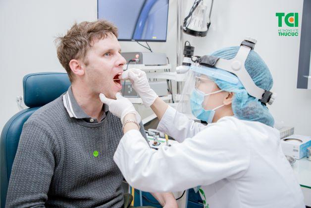Nếu bị tình trạng viêm họng kéo dài, không thuyên giảm, người bệnh cần thực hiện thăm khám sớm để được chẩn đoán, điều trị dứt điểm.