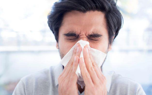 Việc người bệnh bị viêm mũi xoang lâu ngày, dịch chảy từ xoang xuống các thành sau họng khiến cho niêm mạc họng bị chất nhầy bao phủ, không thể thực hiện được chức năng làm sạch cũng là nguyên nhân gây ra bệnh