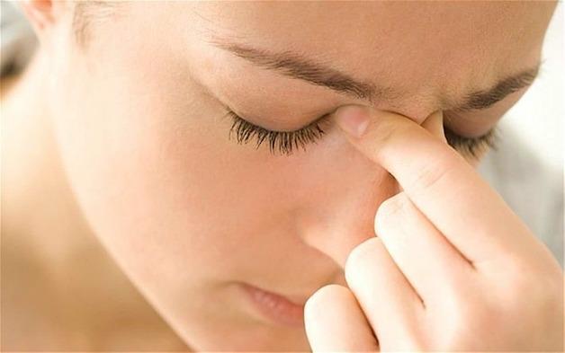 Xung quanh vùng xoang trán, nhất là phía sau mắt, giữa mắt và phía trên mũi đều cảm thấy đau và áp lực... là dấu hiệu điển hình của viêm xoang trán.