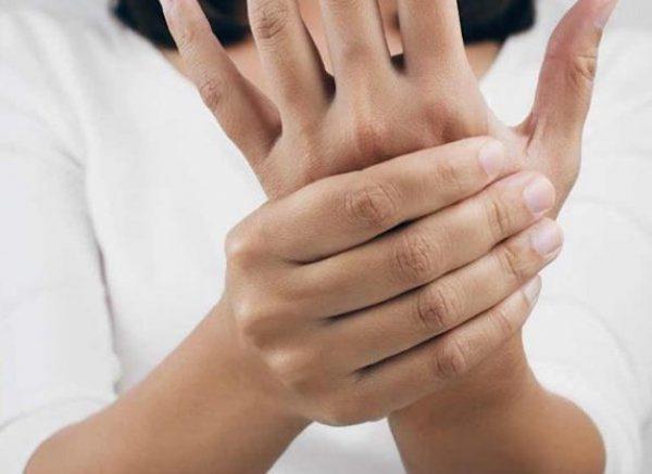 viêm khớp ngón tay có biểu hiện gì